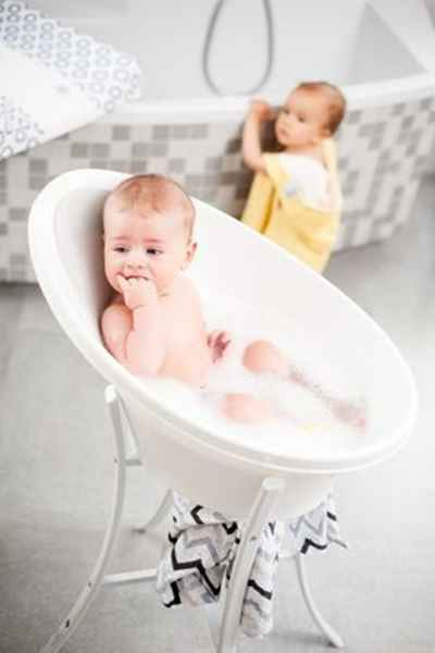 Pierwsza kąpiel niemowlaka